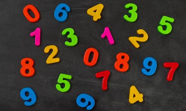 Numéros colorés sur la vue de dessus du tableau noir