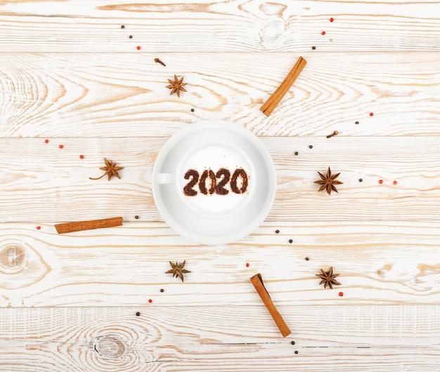 Numéros du nouvel an 2020 sur macchiato ou latte cappuccino