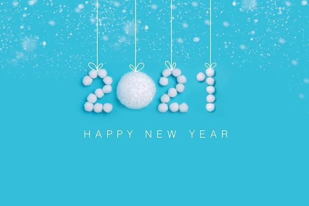 Numéros du nouvel an en neige artificielle blanche sur fond bleu