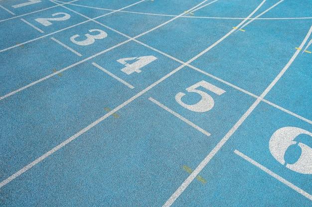Numéros sur la ligne de départ de la piste de course