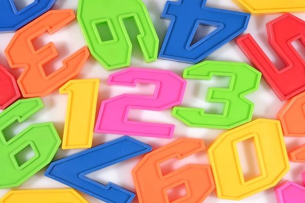 Numéros en plastique colorés 123 sur blanc