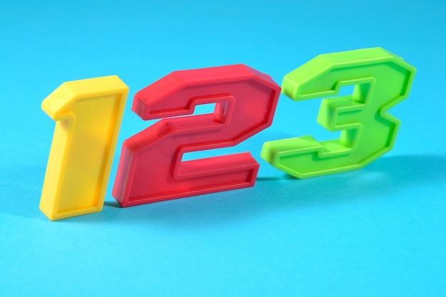 Numéros en plastique colorés 123 sur fond bleu