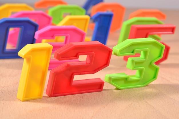 Numéros en plastique colorés 123