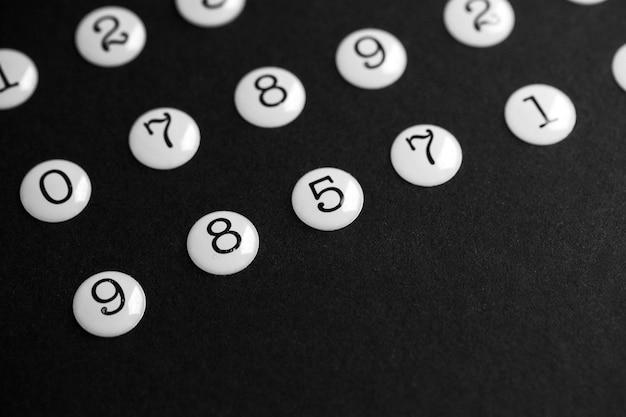 Numéros sur surface noire