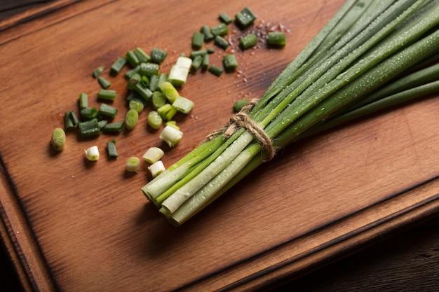 Nutrition diététique. préparation de salade à l'oignon vert.