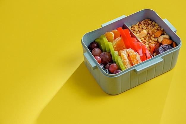Nutrition sportive équilibrée dans une boîte à lunch.