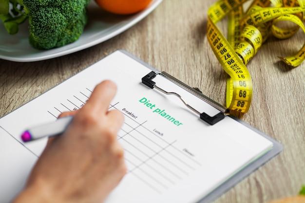 Un nutritionniste prépare un plan d'alimentation pour une femme en surpoids
