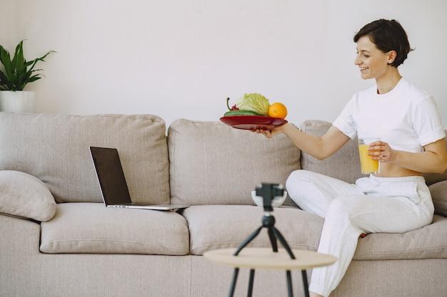 Un nutritionniste tourne un tutoriel sur la nutrition
