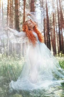 Nymphe de forêt belle femme rousse dans un bleu
