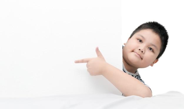 Obèse gros garçon pointant sur tableau blanc bannière isolé sur fond blanc avec espace copie pour la saisie