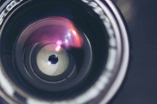 Objectif de l'appareil photo avec des reflets de lentille mise au point sélective