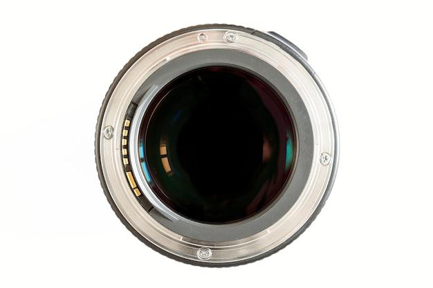 Objectif photo caméra gros plan sur fond blanc avec des reflets de lentille.