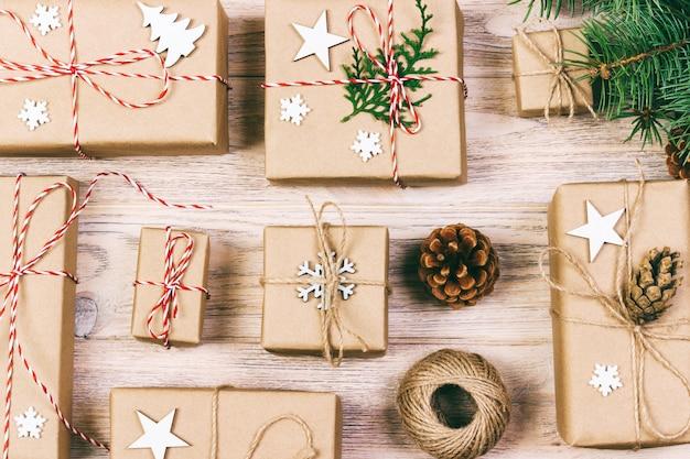 Objet plat laïc pour joyeux noël et bonne année. mélangez la boîte-cadeau et les décorations et ornements d'accessoires pour la saison de noël. tonifié