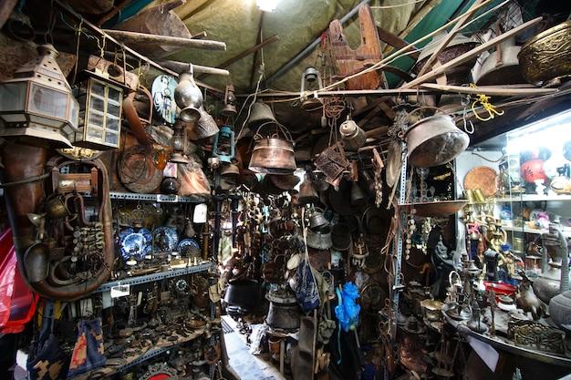 Objets anciens sur une boutique d'antiquités