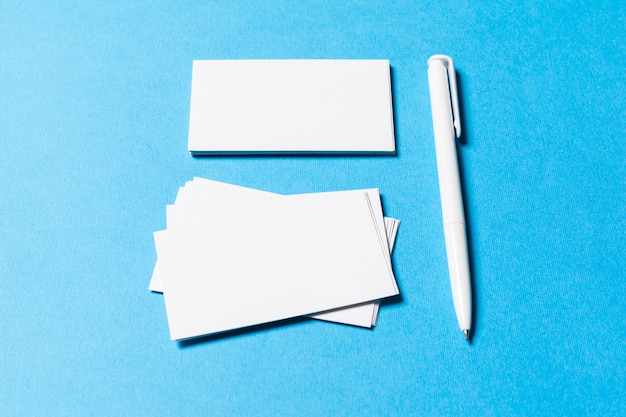 Objets de bureau vides organisés pour la présentation de l'entreprise sur le bleu