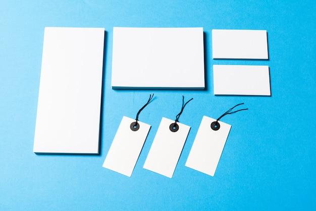 Objets de bureau vides organisés pour la présentation de l'entreprise sur du papier bleu