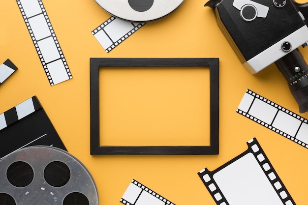 Objets de cinéma sur fond jaune avec cadre noir