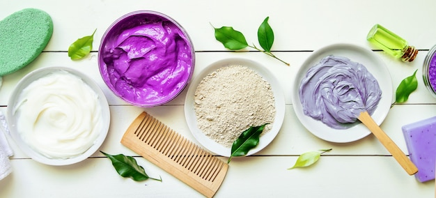 Objets cosmétiques pour les procédures de spa sur fond blanc. mise au point sélective.