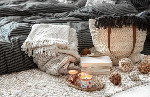Objets décoratifs dans un intérieur chaleureux. grand sac en paille en osier et éléments décoratifs
