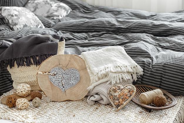 Objets décoratifs dans un intérieur chaleureux.