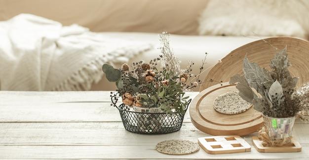 Objets décoratifs à l'intérieur avec des fleurs séchées.