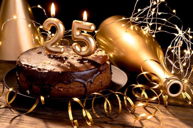 Objets de fête joyeux anniversaire sur table