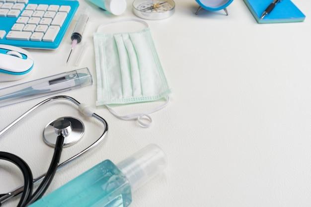 Objets de gestion avec équipement médical et équipement de prévention du virus covid-19.