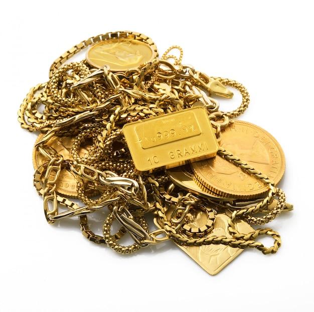 Objets d'or sur fond blanc