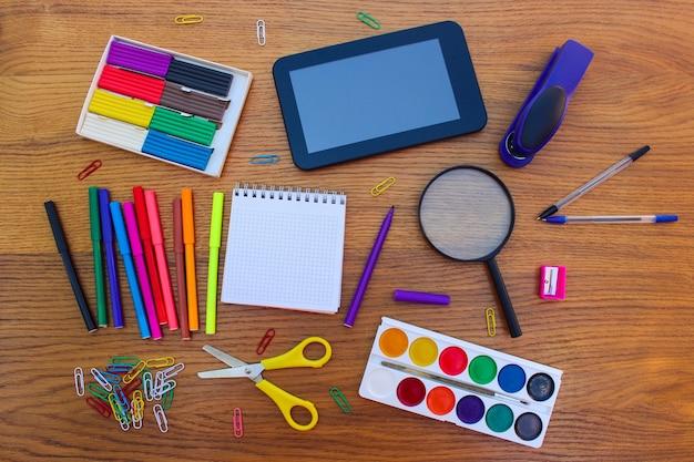 Objets de papeterie. fournitures scolaires et de bureau. retour à l'école