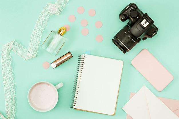 Les objets personnels féminins sur le bureau