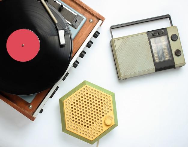 Objets rétro de la culture pop sur blanc. tourne-disque vinyle, récepteurs radio.