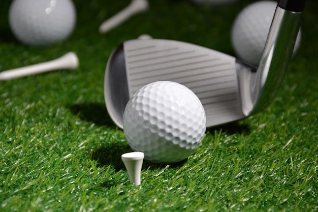 Objets de sport liés au golf tels que gants, balles, etc.