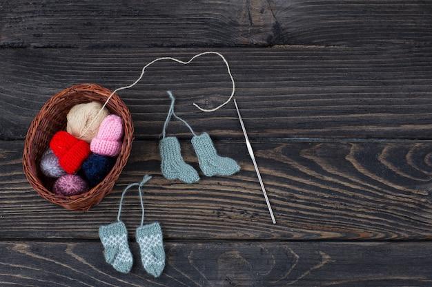 Objets tricotés: chaussettes, mitaines, chapeaux, crochet et pelote de fil