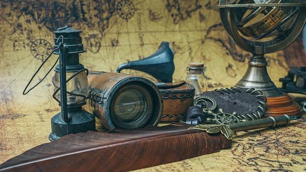 Objets vintage pirate sur la carte