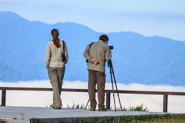Observation d'un oiseau monoculaire ou longue-vue sur un trépied en forêt