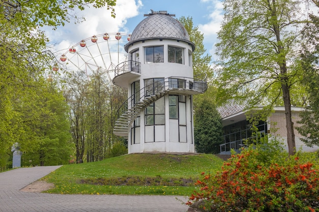 Observatoire du planétarium d'état dans la ville de minsk, parc gorki