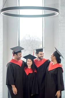 L'obtention du diplôme. une entreprise de diplômés à la recherche de joie et de joie