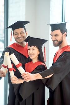 L'obtention du diplôme. les jeunes dans les mortiers à la joie et la joie