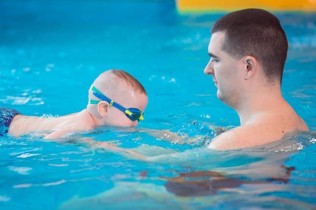 Occupation dans la piscine des enfants avec un entraîneur de natation.