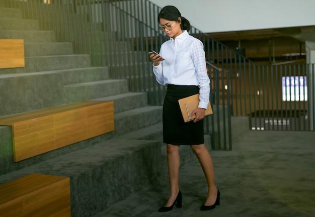 Occupé, asiatique, femme affaires, utilisation, smartphone, lecture