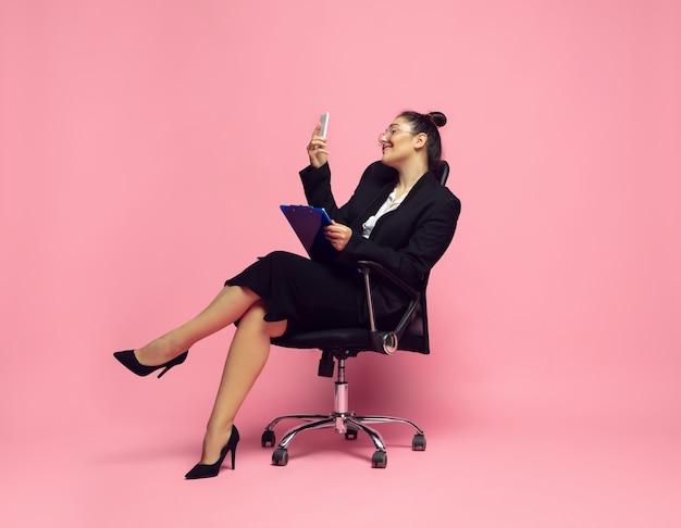 Occupé et élégant jeune femme en tenue de bureau féminisme de personnage féminin bodypositive