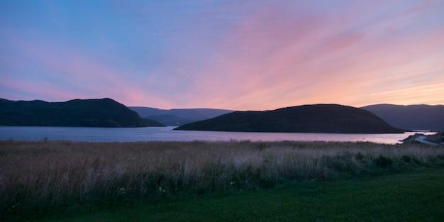 Océan au coucher du soleil, bonne bay, pointe norris, parc national du gros-morne, terre-neuve-et-labrador, canad