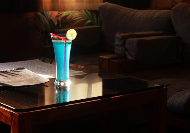 Ocean blue drink à la table en bois