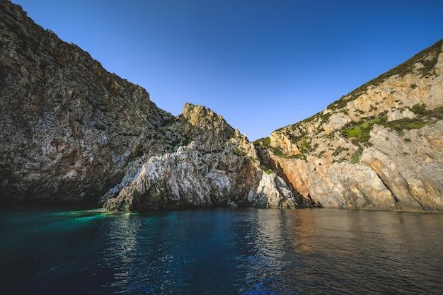 Océan entouré de falaises rocheuses