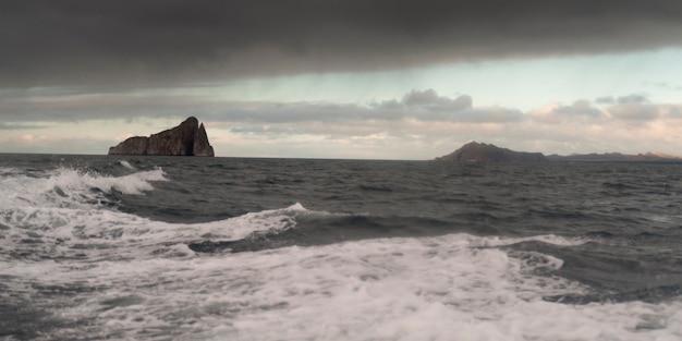 Océan pacifique avec kicker rock en arrière-plan, l'île san cristobal, îles galapagos, équateur