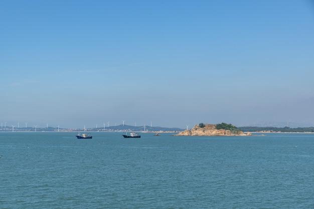 L'océan sous le ciel bleu, le navire à quai ou la mer