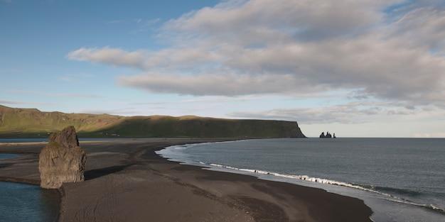 Ocen vagues sur la langue de sable près du promontoire