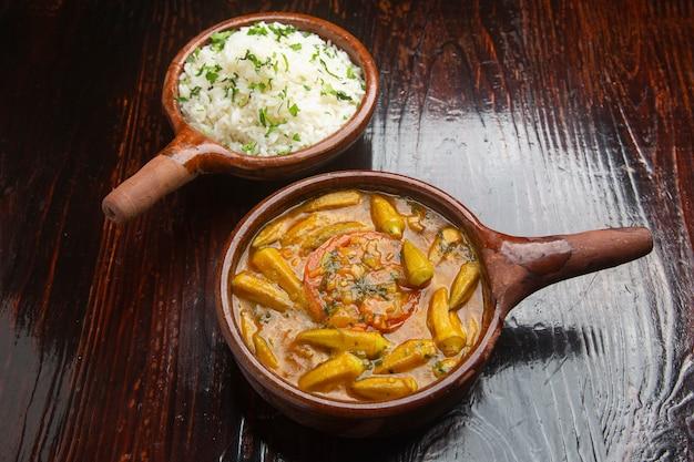 Ocra nourriture typique libanaise sur bois.