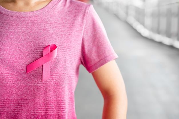Octobre, mois de la sensibilisation au cancer du sein, femme en t-shirt rose avec ruban rose pour soutenir les personnes en vie et atteintes de la maladie. soins de santé, journée internationale des femmes et concept de la journée mondiale du cancer