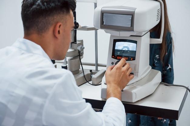 L'oculiste teste la vision du patient à l'aide d'une machine moderne spéciale.